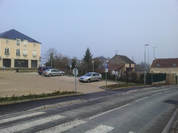 Place de l&#039;Eglise parking gratuit 1h30 disque bleu obligatoire sauf le WE<br /> situ&eacute; rue du ch&acirc;teau &agrave; hauteur de la Mairie de Boissise le Roi