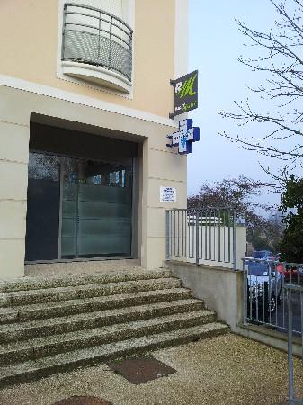 Le Cabinet surplombe le parking du RER &quot;D&quot; <br /> arr&ecirc;t Boissise le Roi ( &agrave; droite sur la photo)<br /> le parking du RER est utilisable et gratuit